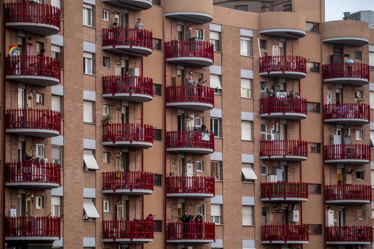 Vecinos aplaudiendo a los médicos italianos en Roma.