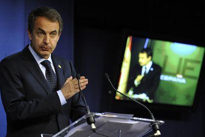 Rodríguez Zapatero explica a la prensa el nuevo paquete de medidas, ayer tras el Consejo Europeo en Bruselas.