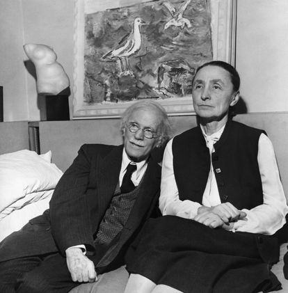 La pintora Georgia O'Keeffe posa con su marido, Alfred Stieglitz, en una imagen sin datar.
