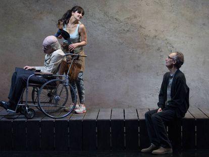 Ángel Solo (en la silla de ruedas), Yoima Valdés y César Sarachu, el sábado durante un ensayo de 'En la orilla'.