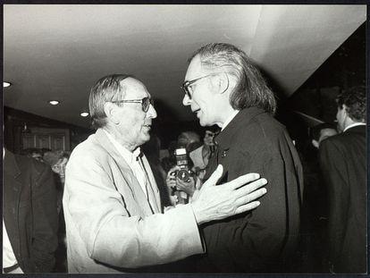 Miguel Delibes conversa con Francisco Umbral durante el estreno en Madrid en 1989 de la adaptación teatral de 'Las guerras de nuestros antepasados'.