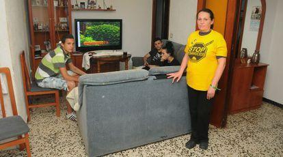 En la imagen, María del Carmen Andujar junto a sus hijos en su casa de Huelva. Fue la primera familia en acogerse al decreto de la Junta. Ahora su caso queda en el aire.
