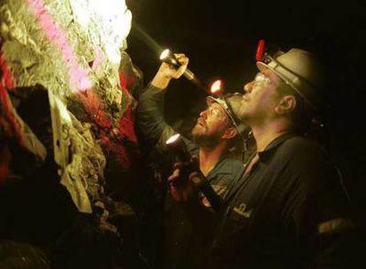 Técnicos de una mina  en Melbourne (Australia) inspeccionan una veta de oro.