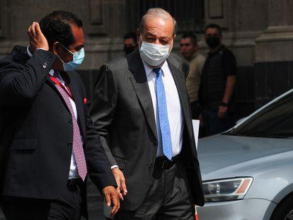 El empresario Carlos Slim sale de una reunión con el presidente de México, Andrés Manuel López Obrador, la semana pasada.