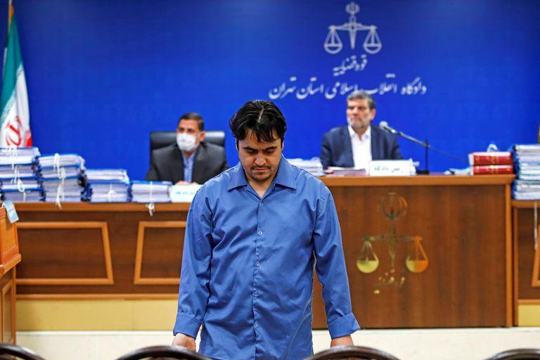 Ruhollah Zam en una de las sesiones del juicio en que fue condenado a muerte.