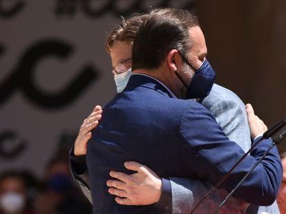 Jose Luis Ábalos y Ximo Puig se abrazan en el acto 'Tres años de gobierno progresista', el 6 de junio, en Valencia.