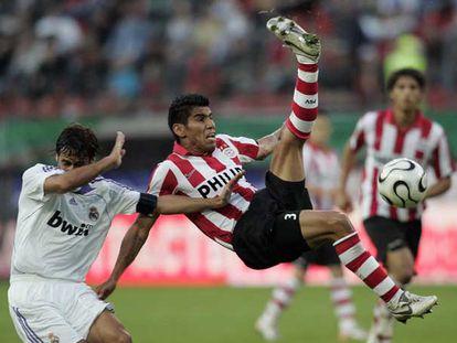Salcido intenta despejar el balón ante Raúl.