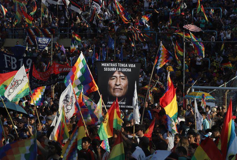 Simpatizantes de Evo Morales celebran en Buenos Aires, Argentina, el 14 aniversario de la fundación del Estado Plurinacional de Bolivia, el 22 de enero de 2020.
