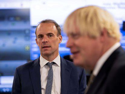 El ministro británico de Exteriores, Dominic Raab, observa al primer ministro, Boris Johnson, el 27 de agosto, durante una visita al Centro de Crisis del Ministerio de Exteriores