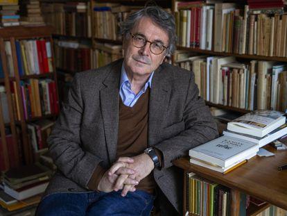 El escritor Andrés Trapiello posa en la biblioteca de su casa en Madrid.