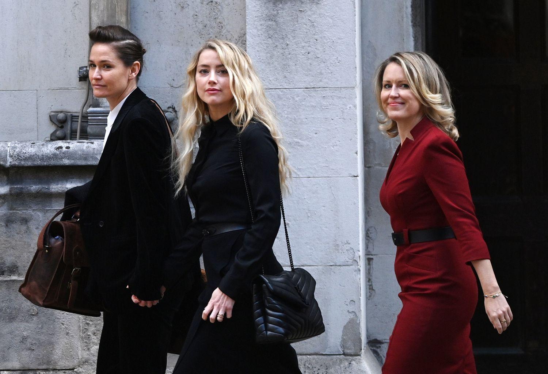 Amber Heard, su novia, Bianca Butti, y su abogada, Jennifer Robinson, a su llegada a la última jornada del juicio de Johnny Depp contra 'The Sun', el 28 de julio de 2020 en Londres.