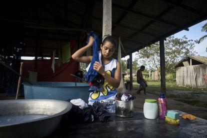 Dani lava su ropa en la comunidad de Prainha II, donde vive, dentro de la reserva Floresta Nacional de Tapajós, Pará, Brasil.