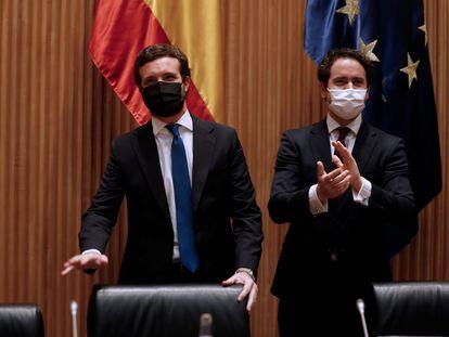A la izquierda, el líder del Partido Popular, Pablo Casado, acompañado por el diputado Teodoro García Egea, antes de presidir la reunión de los grupos parlamentarios, este lunes.