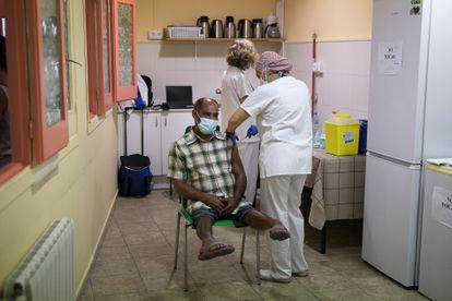 Una enfermera vacuna a una persona sin hogar en Barcelona