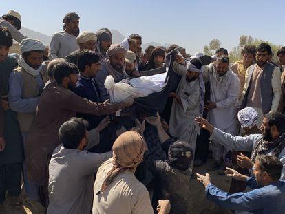 Entierro de una de las víctimas del atentado suicida del 15 de octubre en Kandahar, Afganistán.