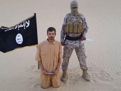 Fotograma del vídeo en el que se amenaza de muerte al Salopek.