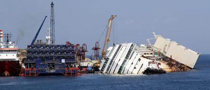 Vista del crucero Costa Concordia encallado a pocos metros de la isla del Giglio (Italia).