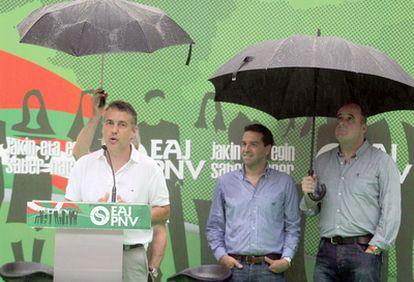 Urkullu se dirige a los asistentes del mitin en Zarautz en presencia de Joseba Egibar (derecha) e Imanol Lasa.