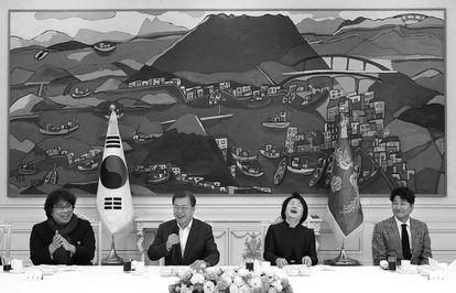 Bong Joon-ho, recibido con honores por el presidente surcoreano, Moon Jae-in, tras su Oscar.