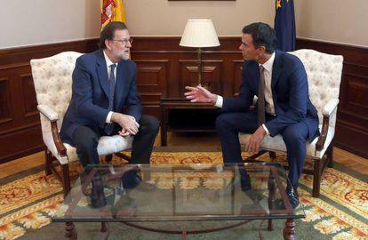 Reunión de Mariano Rajoy y Pedro Sánchez en el Congreso el pasado año.