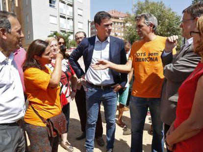Pedro Sánchez y Ximo Puig con los directivos del AMPA del Cremona Mónica Gil y Javier Parrilla.