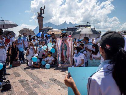Manifestantes protestan en contra del aborto frente al Palacio de Gobierno de Monterrey, México, en septiembre de 2021.