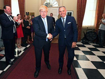 Boris Johnson estrechaba la mano de Mark Sedwill en 2019, después de aceptar el encargo de la Reina de ser primer ministro.