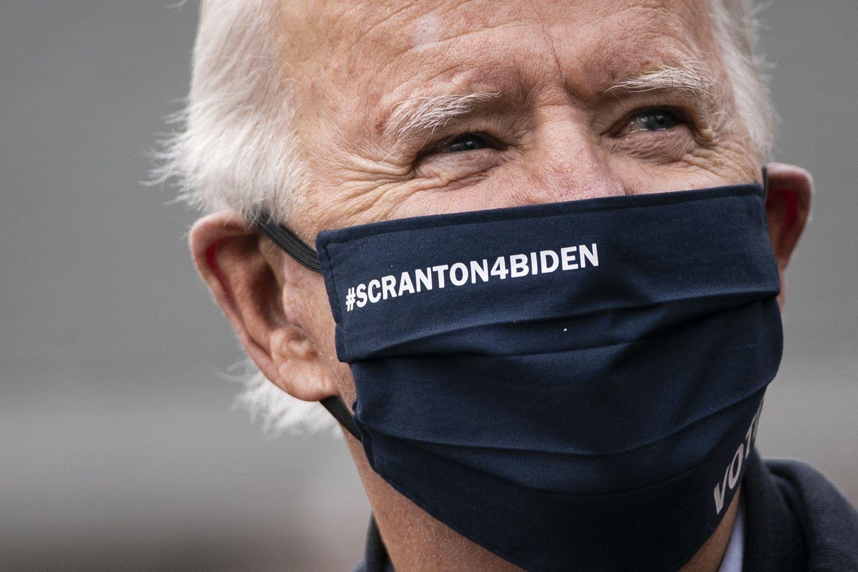 El candidato demócrata lleva una mascarilla de apoyo de su pueblo natal.