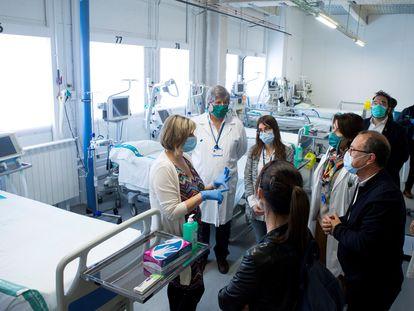 La consejera de Sanidad de la Generalitat de Cataluña, Alba Vergés, en el hospital de Sabadell