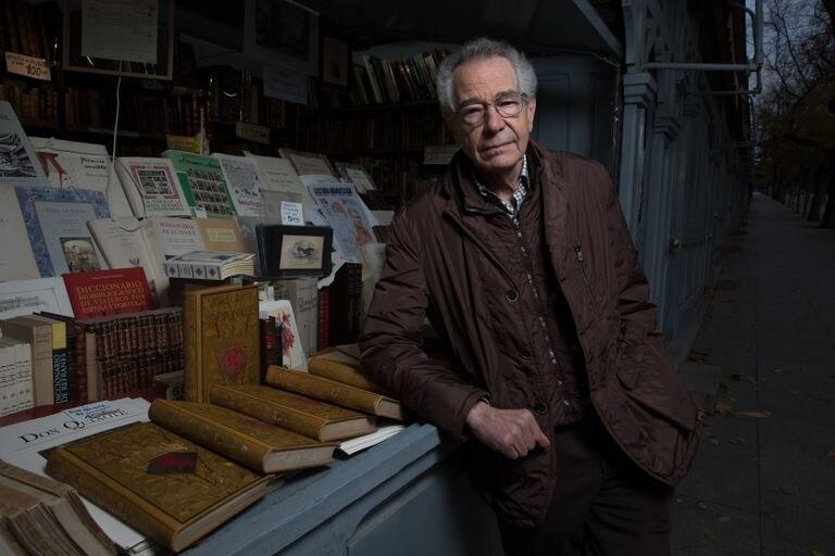 El librero Guillermo Blázquez, en su caseta de la Cuesta de Moyano en Madrid.