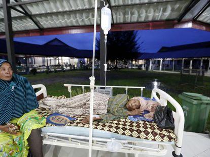 Victimas del terremoto reciben atención médica en un hospital de campaña en Pidie Jaya, Aceh (Indonesia).