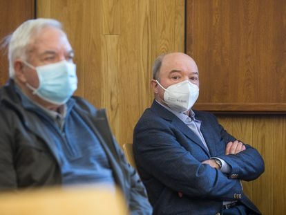 El expresidente de la Confederación Hidrográfica Miño-Sil y exconcejal de Urbanismo de Lugo, Francisco Fernández Liñares (d), sentado en la Audiencia Provincial para su juicio.