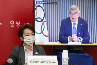 La presidenta del comité organizador de Tokio 2020, Seiko Hashimoto, y el presidente del COI, Thomas Bach, durante una reunión virtual celebrada este lunes.
