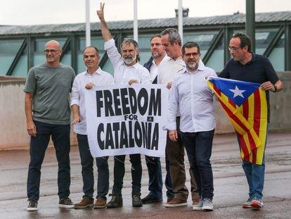 Los presos del 'procés' posan con una pancarta tras dejar la cárcel de Lledoners, el 23 de junio de 2021.