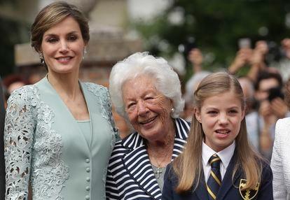 La reina Letizia con su abuela, Menchu Álvarez del Valle, en la comunión de la infanta Sofía, en mayo de 2017 en Madrid.