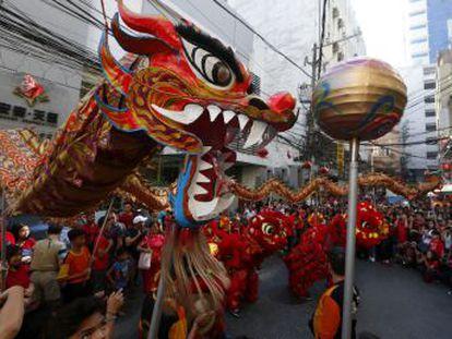 La celebración del año nuevo chino se parece mucho a nuestras navidades  grandes comidas familiares, fuegos artificiales, deseos de prosperidad y suelta de faroles durante dos semanas