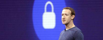 Mark Zuckerberg da una charla en la conferencia de desarrolladores de Facebook F8 en mayo de 2018.