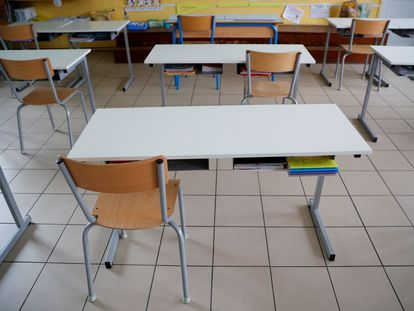 Una clase preparada para garantizar la distancia física entre alumnos en un colegio de Saint-Sebastien-sur-Loire, en Francia este lunes.