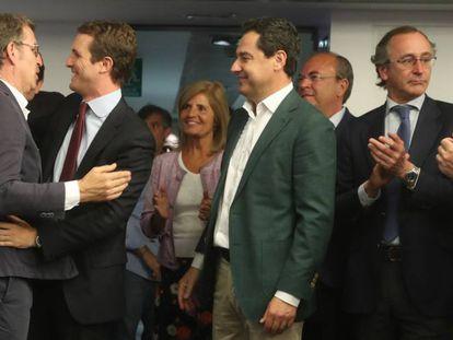 Casado, el lunes, recibe la felicitación de Alberto Núñez Feijóo en presencia de otros presidentes autonómicos del PP.