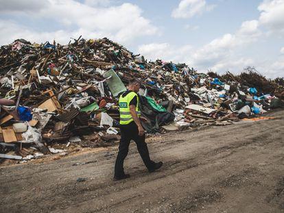 Un agente pasea por los escombros generados por el huracán que arrasó la localidad de Hrusky (República Checa) este verano, afectada por las consecuencias del cambio climático.