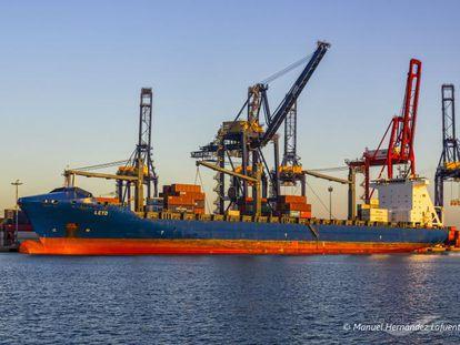 El mercante Leto, atracado en el Puerto de Valencia, en una imagen de archivovo