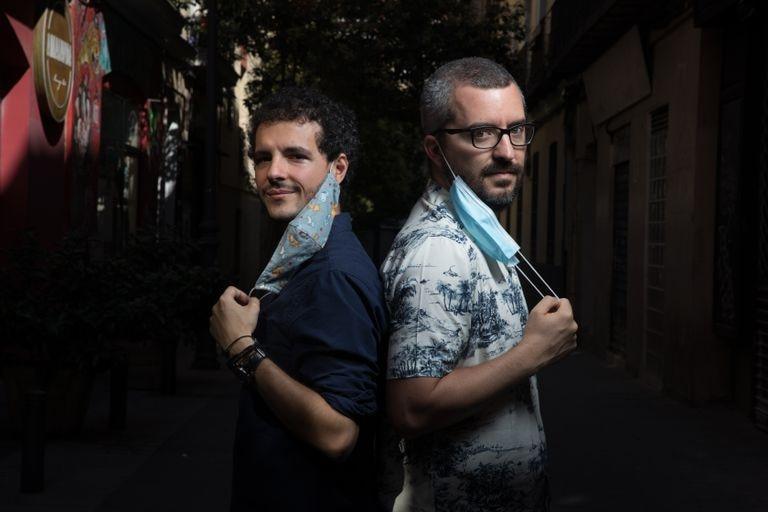 De izquierda a derecha el epidemiólogo Javier Gullón y el médico de atención primaria Javier Padilla autores del libro 'Epidemiocracia'.