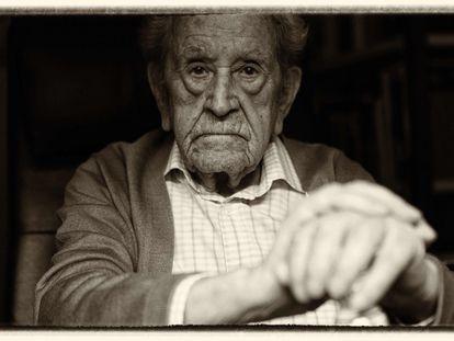 Ignacio Plaza tiene cien años y sigue escribiendo libros de relatos. Vive en Talavera de la Reina, Toledo, desde hace 34, pues fue su último destino como Jefe del Servicio Nacional de Productos Agrarios y allí se jubiló.
