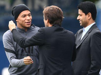 Kylian Mbappe saluda a Leonardo y Al-Kelaifi durante el entrenamiento del PSG, este lunes.