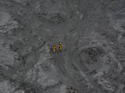 Dos miembros del equipo de rescate, este viernes en Nueva Zelanda.
