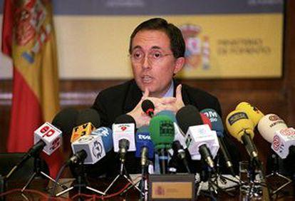 Adolfo Menéndez, subsecretario de Fomento, en rueda de prensa tras la reunión con los sindicatos.