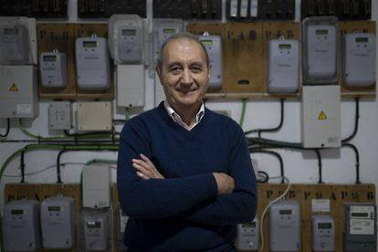 Antonio Moreno, ingeniero jubilado, junto al cuadro de contadores de su edificio.