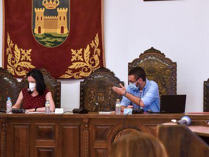 El alcalde de La Línea de la Concepción, Juan Franco, durante el pleno para aprobar una consulta popular para decidir si el municipio traslada al Gobierno y a las Cortes su petición de ser declarado como Ciudad Autonómica.