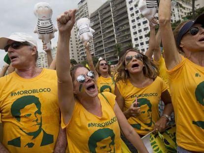 Manifestantes con camisetas del juez Sérgio Moro, en Río de Janeiro.
