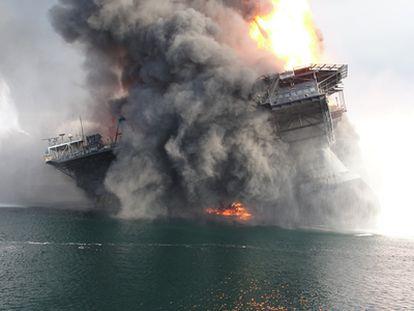 El 20 de abril una plataforma petrolífera <i>Deepwater Horizon</i> de la compañía BP empezaba a arder frente a la costa de Luisiana. Los servicios de emergencia de EE UU enviaron de inmediato varios buques para intentar sofocar el incendio y evitar que la plataforma se derribara.